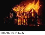 Купить «Пожар. Горит деревянный дом. Ночь», фото № 16441027, снято 21 октября 2018 г. (c) easy Fotostock / Фотобанк Лори