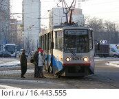 Купить «Посадка пассажиров в трамвай № 4 на остановке «Сокольническая застава». Улица Олений Вал. Москва», эксклюзивное фото № 16443555, снято 22 января 2014 г. (c) lana1501 / Фотобанк Лори