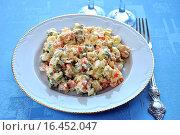 Купить «Традиционный салат оливье на тарелке с вилкой», эксклюзивное фото № 16452047, снято 19 января 2014 г. (c) lana1501 / Фотобанк Лори