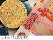 Купить «Российские монета и купюра на калькуляторе», эксклюзивное фото № 16572831, снято 29 декабря 2014 г. (c) Юрий Морозов / Фотобанк Лори