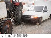 Купить «Авария на зимней дороге, столкнулись легковой автомобиль с трактором», фото № 16586199, снято 17 декабря 2015 г. (c) Алексей Маринченко / Фотобанк Лори
