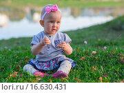 Купить «Маленькая девочка в осеннем парке», фото № 16630431, снято 24 сентября 2015 г. (c) Анастасия Улитко / Фотобанк Лори