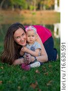 Купить «Маленькая девочка с матерью в осеннем парке», фото № 16630591, снято 24 сентября 2015 г. (c) Анастасия Улитко / Фотобанк Лори
