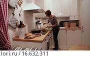 Купить «Женщина готовит салат на кухне», видеоролик № 16632311, снято 9 ноября 2015 г. (c) Валентин Беспалов / Фотобанк Лори