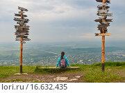 Купить «Туристка на смотровой площадке на вершине горы Машук, Пятигорск», фото № 16632435, снято 9 июня 2015 г. (c) Ночёвка Виктория / Фотобанк Лори