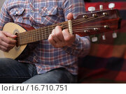 Мужчина играет на гитаре. Стоковое фото, фотограф Виктор Колдунов / Фотобанк Лори
