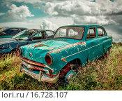 Старый автомобиль Москвич на фоне облачного неба (2015 год). Редакционное фото, фотограф Alika Obrazovskaya / Фотобанк Лори