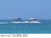 Купить «Скоростной катер с туристами и рыболовецкое судно на горизонте. Королевство Таиланд», фото № 16856203, снято 2 января 2014 г. (c) Григорий Писоцкий / Фотобанк Лори