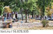 Стихийный книжный рынок в парке имени И.М.Поддубного в городе Ейск (2015 год). Редакционное фото, фотограф Александр Ухов / Фотобанк Лори