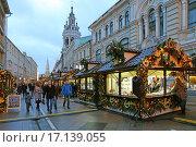 Купить «Новогодняя ярмарка на Никольской улице, Москва», эксклюзивное фото № 17139055, снято 21 декабря 2015 г. (c) Алексей Гусев / Фотобанк Лори