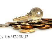 Купить «Ключ от квартиры лежит на монетах», эксклюзивное фото № 17145487, снято 22 декабря 2015 г. (c) Юрий Морозов / Фотобанк Лори