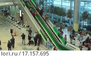 Купить «Люди в международном аэропорту Домодедово», видеоролик № 17157695, снято 20 февраля 2015 г. (c) Курганов Александр / Фотобанк Лори