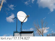 Dish antenna in Russian village. Стоковое фото, фотограф Ivan Archipov / easy Fotostock / Фотобанк Лори