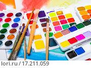 Купить «Новые акварельные краски с кисточками на фоне акварельного эскиза», фото № 17211059, снято 4 декабря 2015 г. (c) Алёшина Оксана / Фотобанк Лори