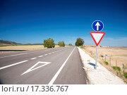 Купить «give way lane at road», фото № 17336767, снято 25 июня 2019 г. (c) easy Fotostock / Фотобанк Лори