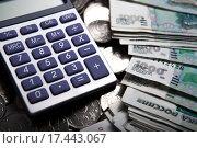 Купить «Российские деньги в виде банкнот и монет с калькулятором», фото № 17443067, снято 25 декабря 2015 г. (c) Александр Калугин / Фотобанк Лори