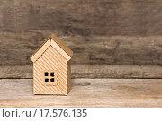 Купить «Картонный домик на деревянном фоне», фото № 17576135, снято 4 декабря 2015 г. (c) Наталья Осипова / Фотобанк Лори