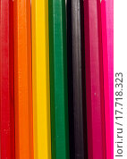 Цветные карандаши лежат параллельно в ряд рядом друг с другом. Стоковое фото, фотограф Никита Юдин / Фотобанк Лори