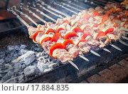 Купить «Аппетитный сочный шашлык на шампурах», фото № 17884835, снято 17 сентября 2019 г. (c) FotograFF / Фотобанк Лори