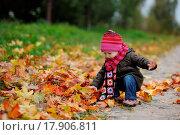Купить «Little baby in an autumn park», фото № 17906811, снято 19 сентября 2018 г. (c) easy Fotostock / Фотобанк Лори