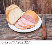 Купить «Порезанная вареная колбаса с белым хлебом», фото № 17932327, снято 25 сентября 2015 г. (c) Алёшина Оксана / Фотобанк Лори