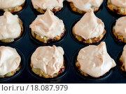 Купить «Gooseberry Meringue Cupcakes», фото № 18087979, снято 22 апреля 2019 г. (c) easy Fotostock / Фотобанк Лори