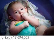 Купить «Малыш купается в ванне», фото № 18094035, снято 16 января 2011 г. (c) Mark Agnor / Фотобанк Лори