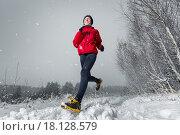 Купить «Молодая спортивная девушка на пробежке зимой», фото № 18128579, снято 2 ноября 2015 г. (c) Михаил Дударев / Фотобанк Лори