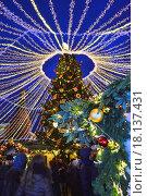 """Купить «""""Звездное небо"""". Новогодняя световая инсталляция """"Остров, где сбываются мечты"""" на ярмарке """"Путешествие в Рождество"""" на Манежной площади в Москве вечером», эксклюзивное фото № 18137431, снято 20 декабря 2015 г. (c) lana1501 / Фотобанк Лори"""