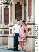 Купить «Счастливые жених и невеста стоят в обнимку возле красивого дома», эксклюзивное фото № 18306251, снято 6 июня 2015 г. (c) Игорь Низов / Фотобанк Лори