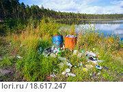 Купить «Мусорная свалка на берегу чистого озера», фото № 18617247, снято 16 августа 2015 г. (c) Алексей Маринченко / Фотобанк Лори