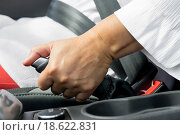 Рука женщины на ручном тормозе автомобиля. Стоковое фото, фотограф Константин Лабунский / Фотобанк Лори