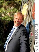 Best Ager posiert an einem verschmutzten Metalltor. Стоковое фото, фотограф Christian Colista / easy Fotostock / Фотобанк Лори