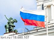 Развевающийся Российский флаг (2012 год). Редакционное фото, фотограф Алёшина Оксана / Фотобанк Лори