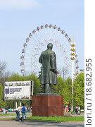 Купить «Памятник Ленину и колесо обозрения на ВДНХ», эксклюзивное фото № 18682955, снято 5 мая 2012 г. (c) Алёшина Оксана / Фотобанк Лори