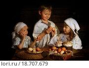 Купить «Дети с пасхальными куличами», фото № 18707679, снято 12 декабря 2019 г. (c) Марина Володько / Фотобанк Лори