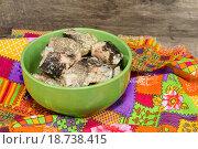 Купить «Сиг в масле в зеленой пиале на ярком полотенце», фото № 18738415, снято 2 января 2016 г. (c) Наталья Осипова / Фотобанк Лори