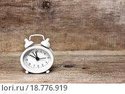 Купить «Белые часы-будильник показывают полночь или полдень», фото № 18776919, снято 1 января 2016 г. (c) Наталья Осипова / Фотобанк Лори