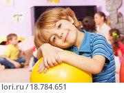 Купить «Портрет симпатичного мальчика с мячом в классе детского сада», фото № 18784651, снято 28 ноября 2015 г. (c) Сергей Новиков / Фотобанк Лори