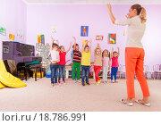 Купить «Воспитатель в детском саду занимается с детьми», фото № 18786991, снято 28 ноября 2015 г. (c) Сергей Новиков / Фотобанк Лори