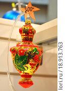 Купить «Новогодняя елочная игрушка с ценником на прилавке Центрального детского магазина в Москве», эксклюзивное фото № 18913763, снято 2 января 2016 г. (c) lana1501 / Фотобанк Лори