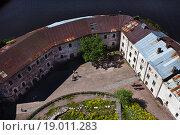 Купить «Вид на внутренний двор Выборгского замка. Выборг», фото № 19011283, снято 27 июня 2015 г. (c) Victoria Demidova / Фотобанк Лори