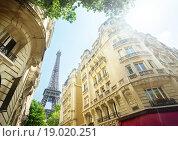Улица в Париже с видом на Эфелеву башню. Франция (2015 год). Стоковое фото, фотограф Iakov Kalinin / Фотобанк Лори