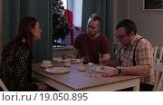 Купить «Несколько людей сидят за столом и едят суши», видеоролик № 19050895, снято 1 января 2016 г. (c) Валентин Беспалов / Фотобанк Лори