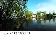 Купить «Озеро в парке», видеоролик № 19100351, снято 6 мая 2015 г. (c) Потийко Сергей / Фотобанк Лори