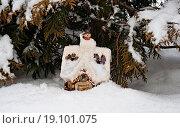 Игрушечный домик со снеговиком в снегу под деревом. Стоковое фото, фотограф Анатолий Платонов / Фотобанк Лори