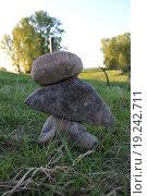 Камни стоят пирамидкой на траве. Стоковое фото, фотограф Валентин Сорокин / Фотобанк Лори