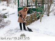 Купить «Женщина убирает снег на даче», эксклюзивное фото № 19247515, снято 4 января 2016 г. (c) Зобков Георгий / Фотобанк Лори