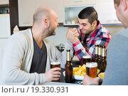 Купить «Smiling and drunk men armwrestling», фото № 19330931, снято 17 февраля 2019 г. (c) Яков Филимонов / Фотобанк Лори