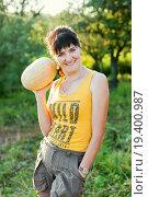 Купить «Весёлая женщина средних лет держит дыню в руке», эксклюзивное фото № 19400987, снято 25 июля 2015 г. (c) Игорь Низов / Фотобанк Лори